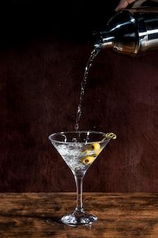 Getränk in glas gießen