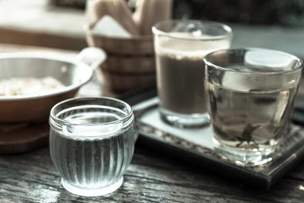 Getränke im frühstücksset, trinkwasser, tee und kaffee
