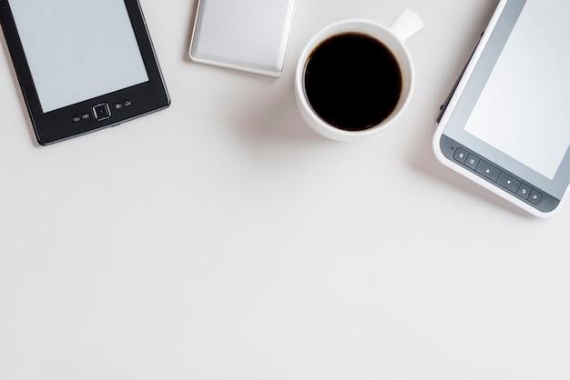 Getränke in der nähe von e-reader und tablet