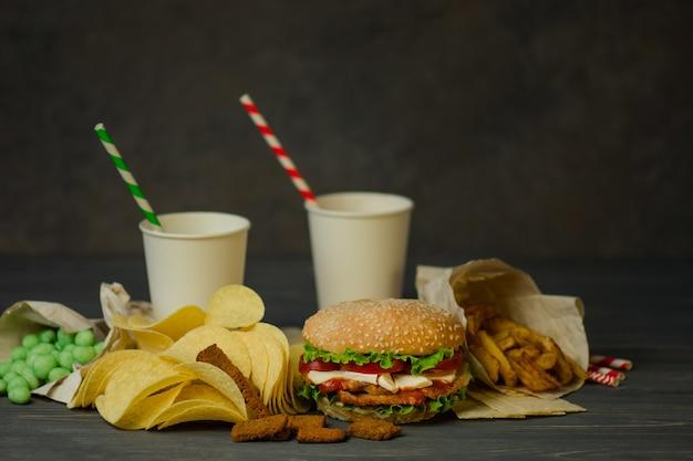 Getränke in einem pappbecher mit papiertube und hamburger