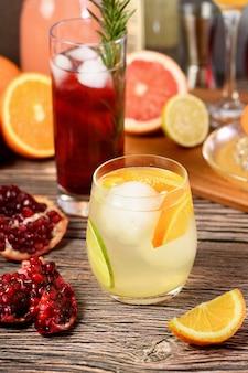 Getränke und cocktails auf gin-basis mit verschiedenen zitrusfrüchten