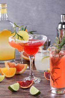 Getränke und cocktails mit verschiedenen zitrusfrüchten auf tequila-basis