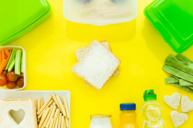 Getränke und essen herumliegen toast