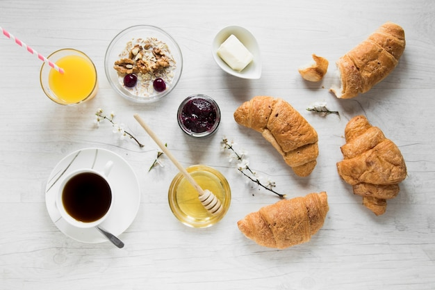 Getränke und soßen nahe frühstückslebensmittel