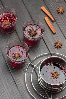 Getränkegläser mit preiselbeeren und gewürzen. zimtstangen auf dem tisch. draufsicht