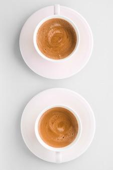 Getränkekarte italienisches espresso-rezept und bio-shop-konzept tasse heißen französischen kaffees als frühstücksgetränk flatlay-tassen auf weißem hintergrund