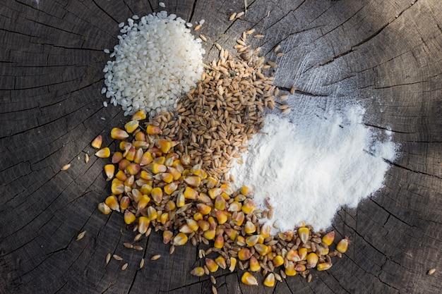 Getreide essen mischung auf holzuntergrund