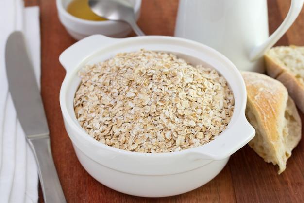 Getreide in der schüssel mit honig und brot