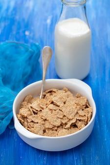 Getreide in weißer schüssel mit milch