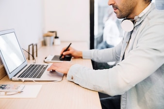 Getreide männlich mit Laptop und Tablet-Zeichen