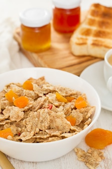 Getreide mit trockenen früchten in schüssel und marmelade