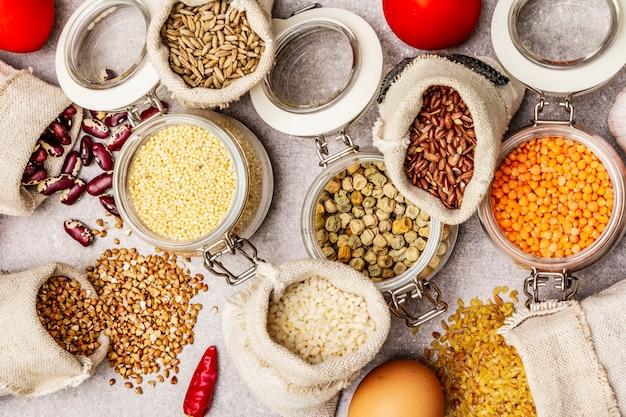 Getreide, nudeln, hülsenfrüchte, getrocknete pilze und gewürze