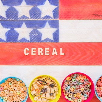 Getreideaufschrift mit schüsseln auf heller tabelle