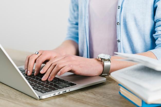 Getreidefrau, die laptop im büro verwendet