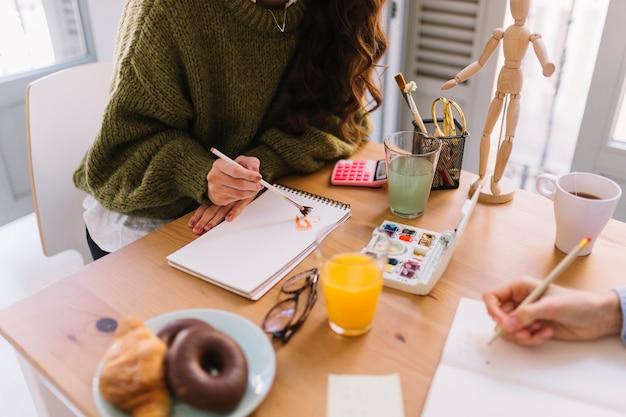 Getreidefrauen, die am tisch zeichnen