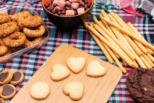 Getreidekugeln und verschiedene kekse