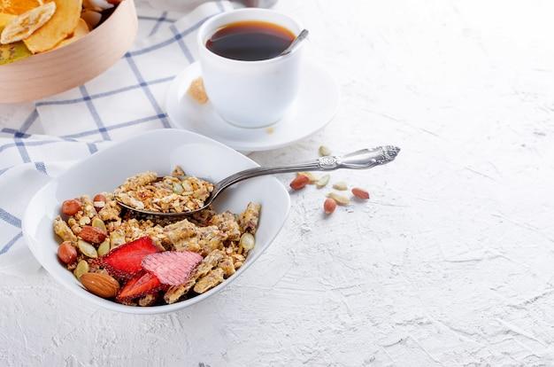 Getreidemüsli mit trockenfrüchten und nüssen