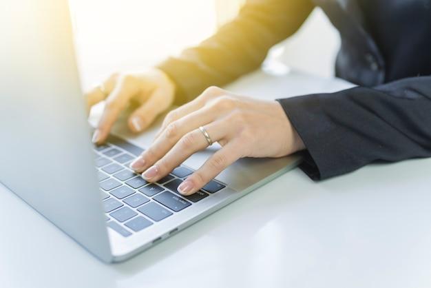 Getreideperson, die an laptop arbeitet