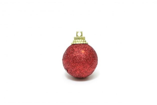 Getrennte rote weihnachtskugeldekoration auf weiß