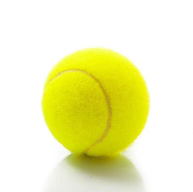 Getrennte tenniskugel auf weiß