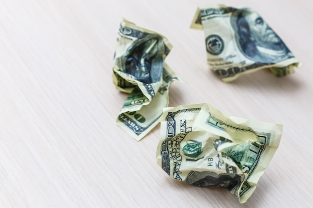 Getrennter dollarschein auf einem weißen hintergrund