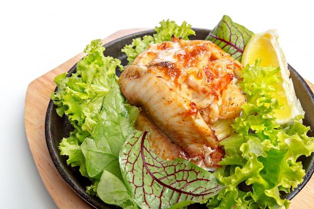 Getrenntes huhn mit gemüse auf bratpfanne