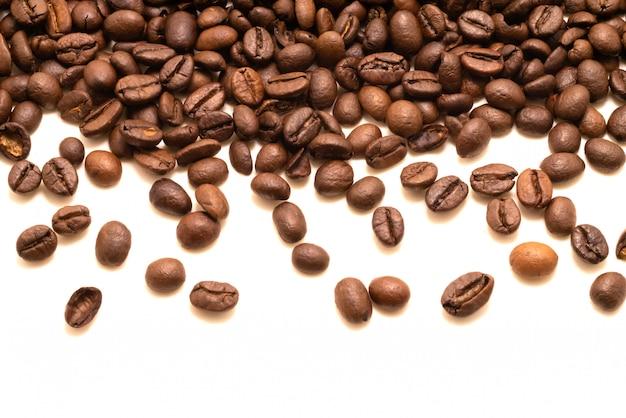 Getrenntes studio der kaffeebohne geschossen auf weiß
