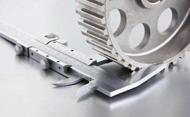 Getriebe und bremssättel auf einer metallplatte