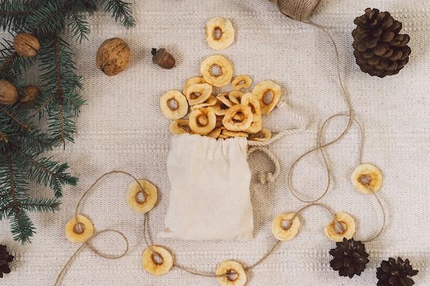 Getrocknete äpfel. getrocknete früchte. diätetische ernährung. natürliche und gesunde snacks.