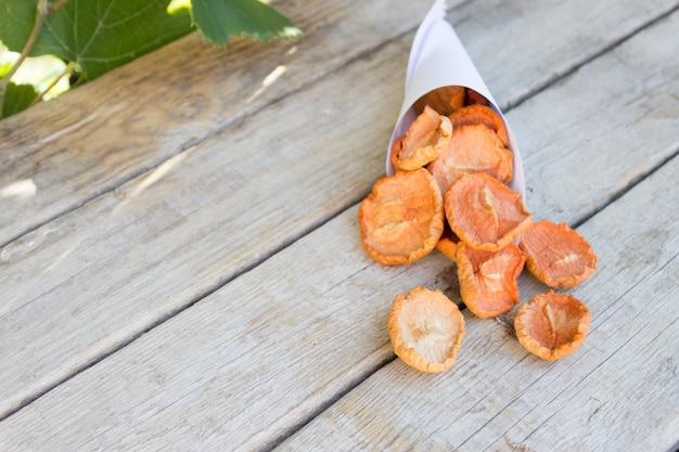 Getrocknete äpfel, natürliche fruchtchips auf holz