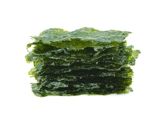 Getrocknete algen auf dem weißen hintergrund isoliert.