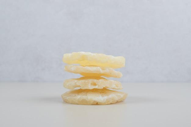 Getrocknete ananasscheiben auf beiger oberfläche