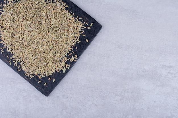 Getrocknete anissamen auf einer platte auf konkretem hintergrund. foto in hoher qualität