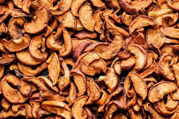Getrocknete apfelscheiben hautnah, nützliche vitamine für getränke in einer gesunden ernährung. obst hintergrund.