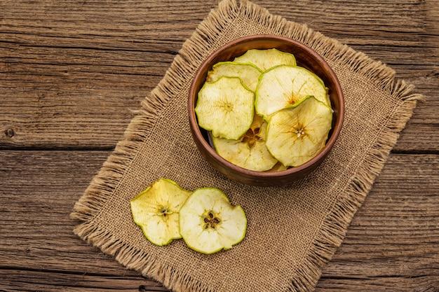 Getrocknete apfelscheiben in der schüssel. fruchtsnack, konzept der gesunden ernährung