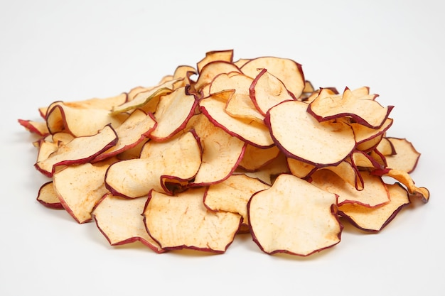 Getrocknete apfelscheiben isoliert