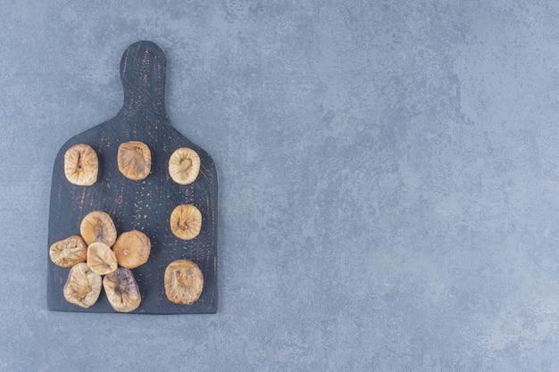 Getrocknete aprikose auf dem brett, auf dem marmorhintergrund.