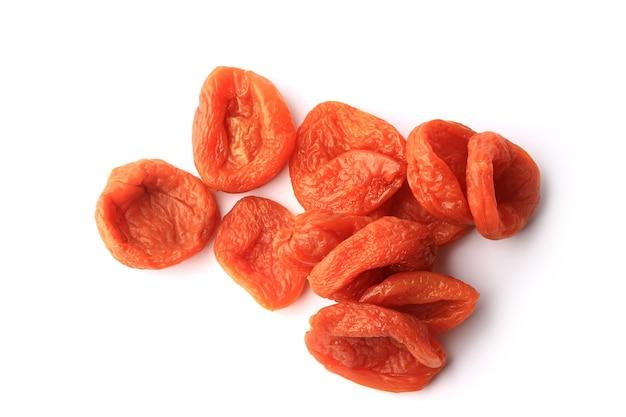 Getrocknete aprikose lokalisiert auf weißem hintergrund