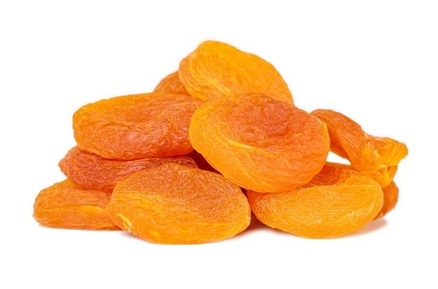 Getrocknete aprikosen isoliert auf weiß. gesundes essen. obst.