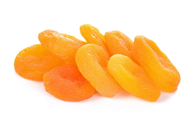 Getrocknete aprikosen, isoliert auf weiss