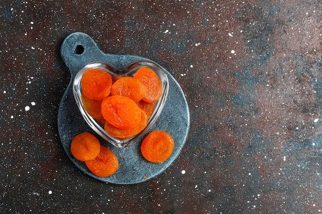 Getrocknete aprikosen mit frischen saftigen aprikosenfrüchten, draufsicht