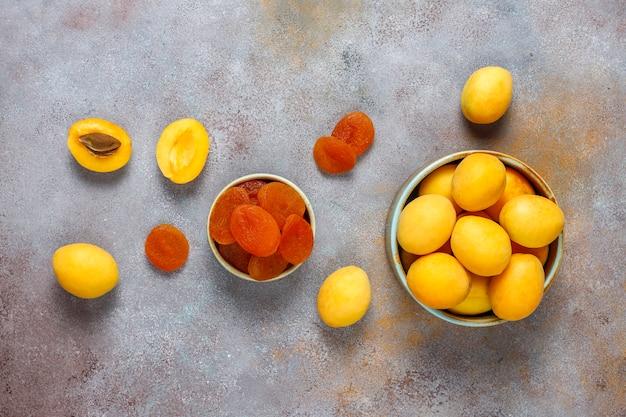 Getrocknete aprikosen mit frischen saftigen aprikosenfrüchten