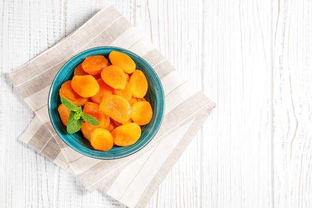 Getrocknete aprikosen mit minze in einer schüssel.