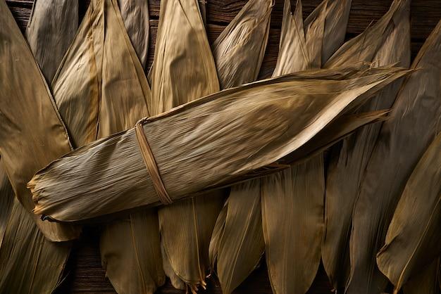 Getrocknete bambusblätter in braun für zongzi-rezept