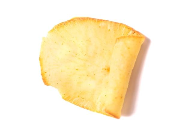 Getrocknete bio-kartoffelchips isoliert mit schatten