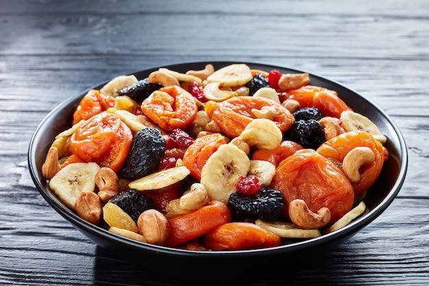 Getrocknete bio-mischung aus früchten und nüssen