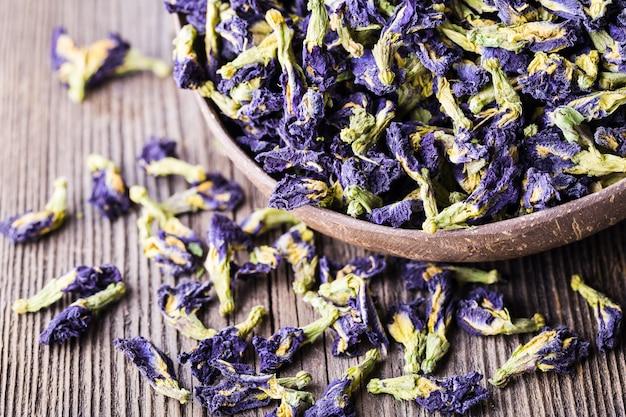 Getrocknete blaue schmetterlingserbsenblumen.