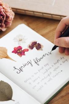 Getrocknete blumen in einem frühlingsblumentagebuch