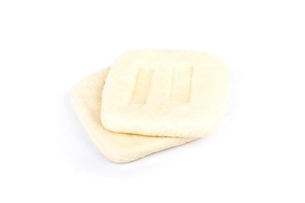 Getrocknete bohnen oben auf weiß