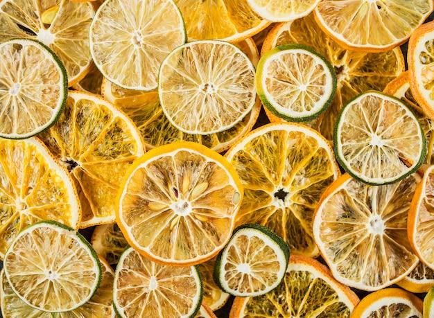 Getrocknete bunte scheiben des zitronen-, orangen- und limettenhintergrunds